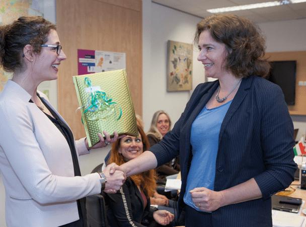 Onderzoeker Janneke van der Ham reikt de Gouden Vuurtoren uit aan Caroline Jacobs, gemeentesecretaris